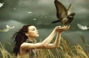 Mujer con paloma en las manos simbolizando el duelo