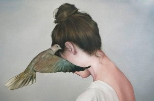 chica con paloma torcaz en el oído