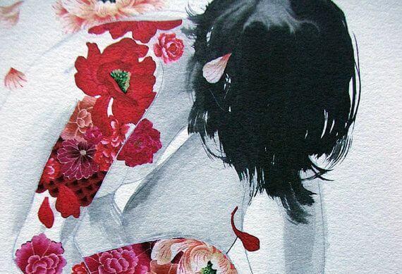 mujer con tatuajes en forma de flores rojas