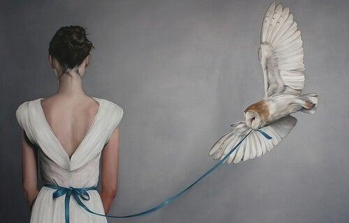mujer con un búho que le sujeta la cinta del vestido rompiendo el hilo de lo que le molesta