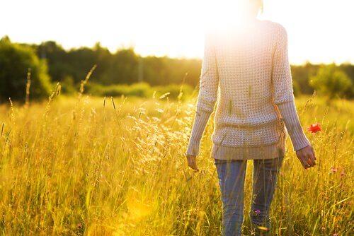 Mujer con una personalidad tranquila en el campo pensando en el eneagrama