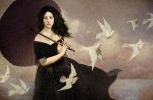 Mujer de luto con palomas blancas