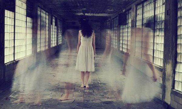 mujer en un pasillo a quien dicen libérate