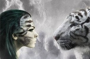mujer mirando a un tigre blanco cara a cara