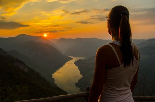 Mujer observando el horizonte