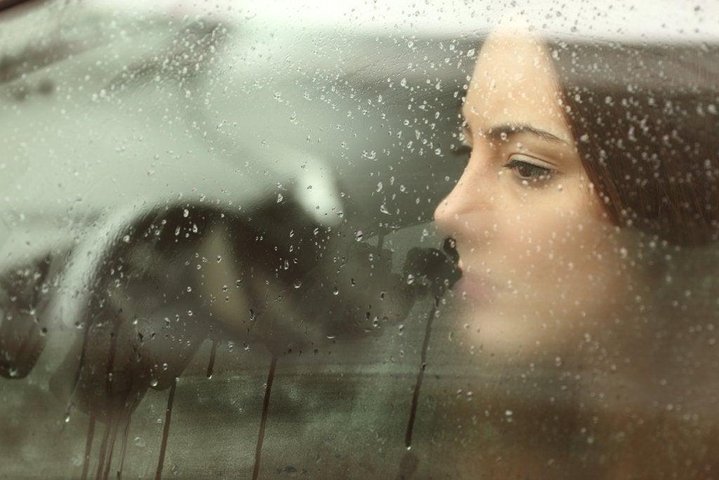 Mujer pensando en alguien