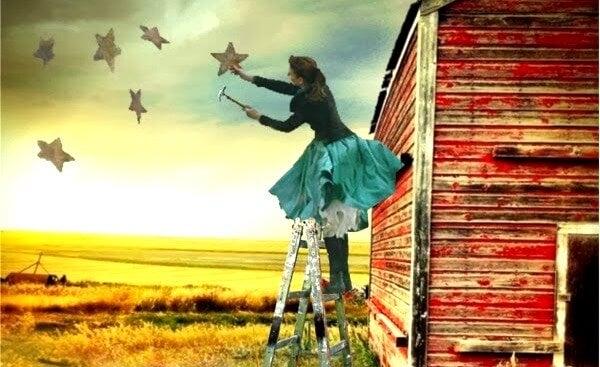 mujer pintando estrellas