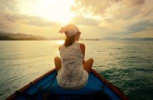 Mujer que viaja en barco