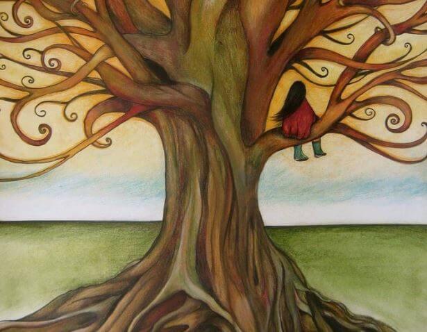 Mujer sentada en un árbol mirando al horizonte