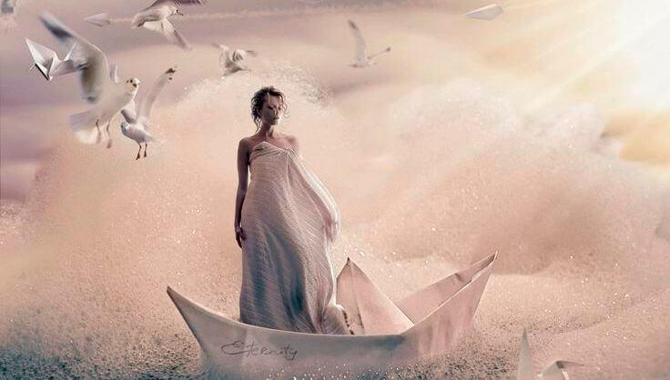 Mujer sobre un barco simbolizando humildad