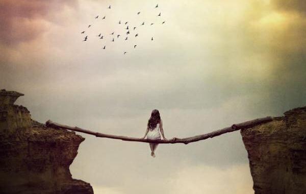 mujer sentada sobre un tronco y suspendida en un abismo pensando en lo que debería hacer
