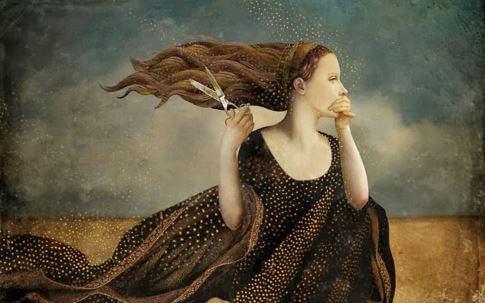 Mujer con tijeras en la mano