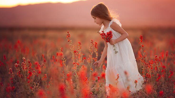 niña en un campo de brezo rojo