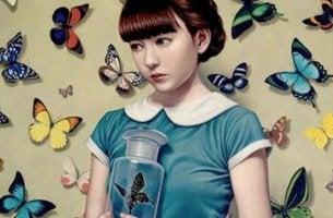 Niña rodeada de mariposas aceptando que la vida es cambio