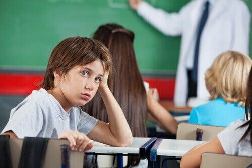 Niño aburrido en clase de matemáticas