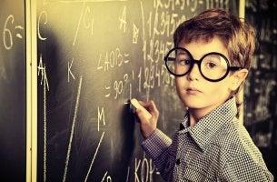Niño con gafas aprendiendo matemáticas