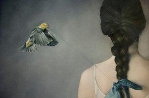 Pájaro deshilachando el lazo de la trenza de una mujer representando tanto que decir