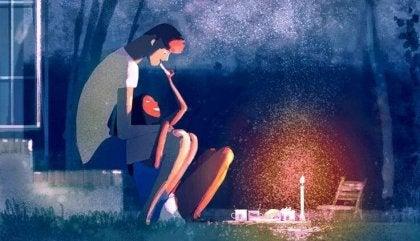 pareja cenando en un jardín con velas
