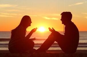 Jóvenes hablando y mostrando buena comunicación de pareja