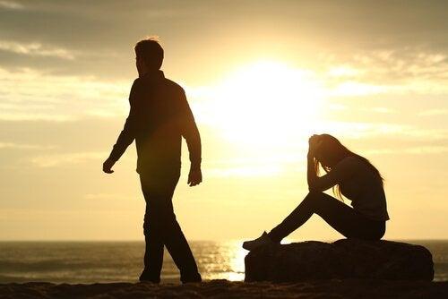 hombre que se aleja de su pareja como efecto de los tipos de apego
