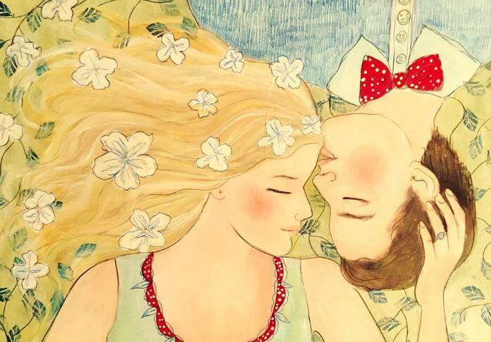 Pareja tumbada besándose