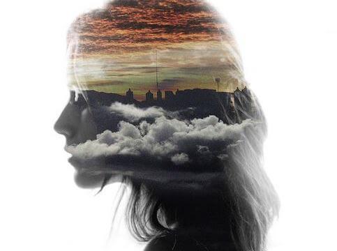 perfil de una mujer con nubes en el centro