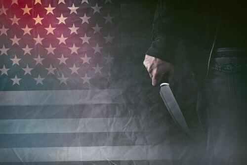 Hombre con psicopatía y un cuchillo en la mano