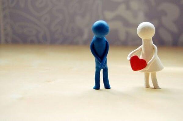Muñeco regalando un corazón a otro