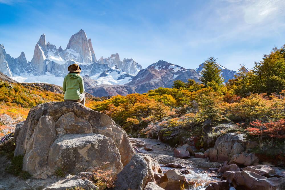 Viajera mirando el paisaje