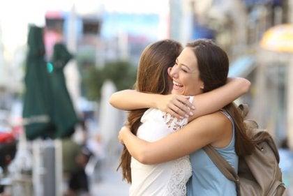Amigas abrazándose en la calle
