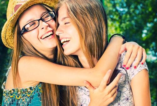 Amigas adolescentes abrazándose