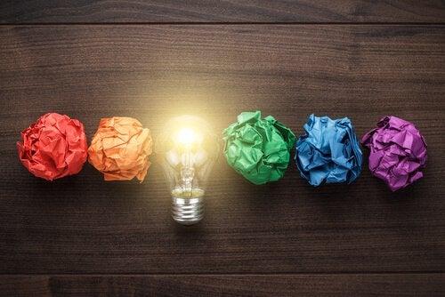 Bolas de papel de colores alrededor de una bombilla