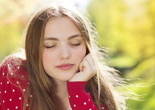 Chica con los ojos cerrados