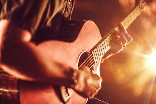 Chico joven tocando una guitarra