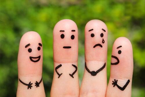 Dedos con caras pintadas
