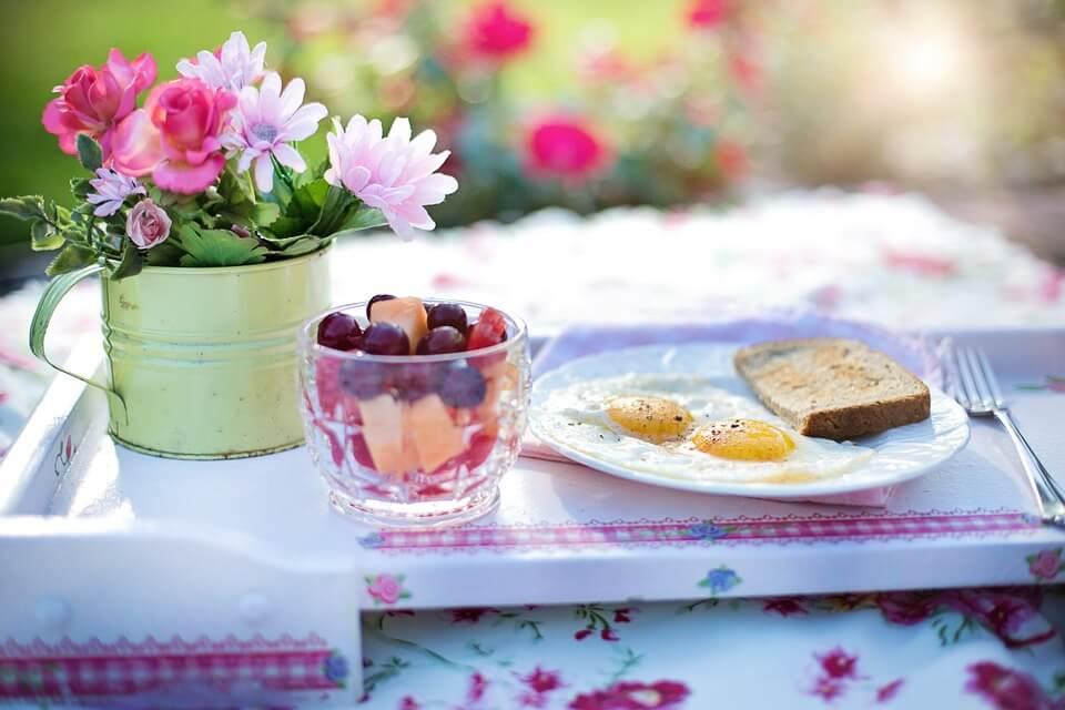 Desayuno saludable con una flor