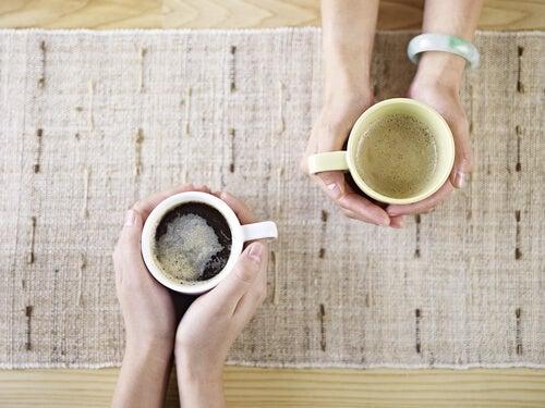 Dos personas tomándose una taza de café