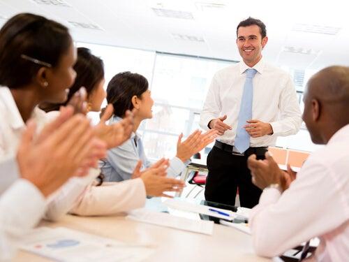 Empleado aplaudiendo a su jefe