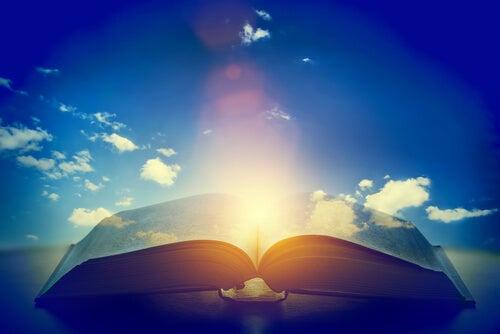 Libro abierto con una luz en el medio