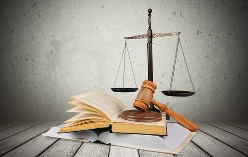 Libro y mazo de un juez en símbolo de la justicia