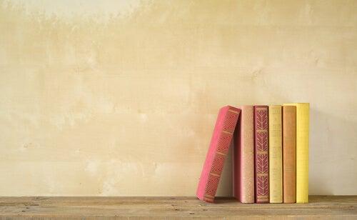 Libros ordenados sobre una mesa