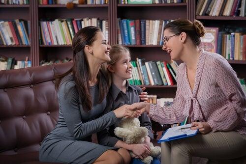 Madre con hija en el despacho de la profesora
