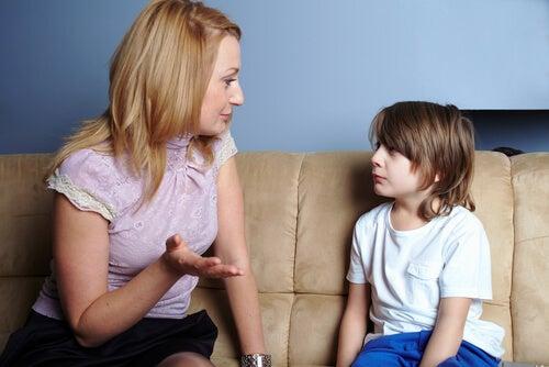 Madre hablando con su hijo sobre alcohol y drogas