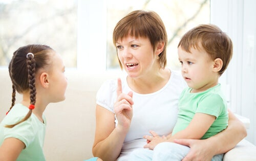 Madre-hablando-con-sus-hijos-sobre-alcohol-y-drogas