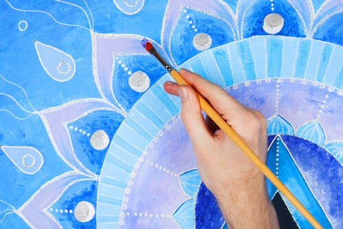 Mandala coloreando un mandala de azul
