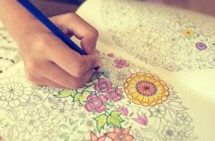 Mano de un niño coloreando un mandala