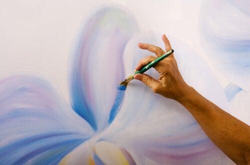 Mano pintando un cuadro
