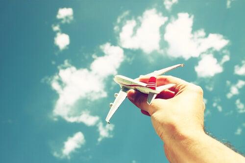Mano sujetando un avión de juguete