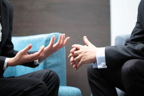 Manos de dos personas hablando