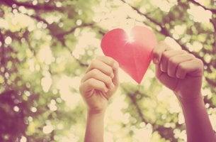Manos sujetando en alto un corazón